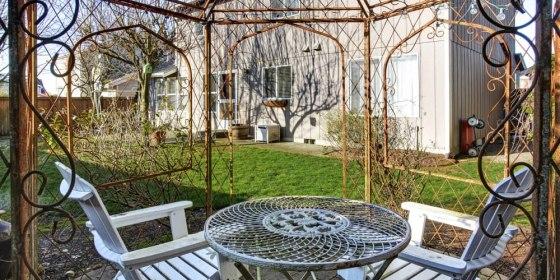 Кованые перголы — оригинальное украшение сада